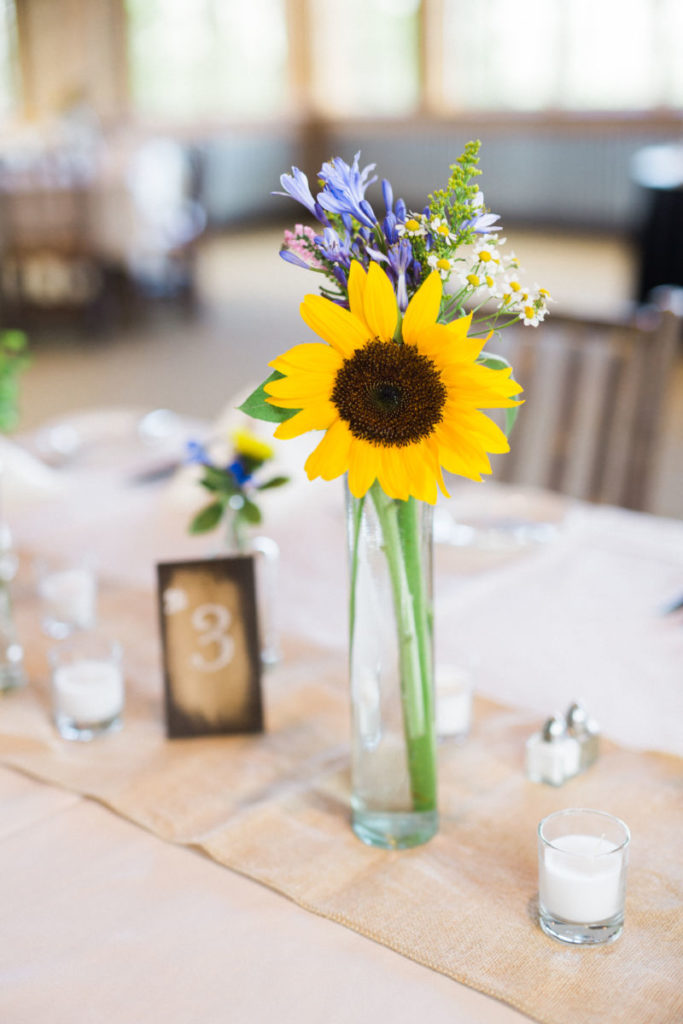 picture of a wedding centerpiece